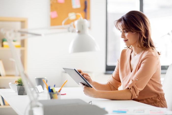 mulher com tablet no escritório